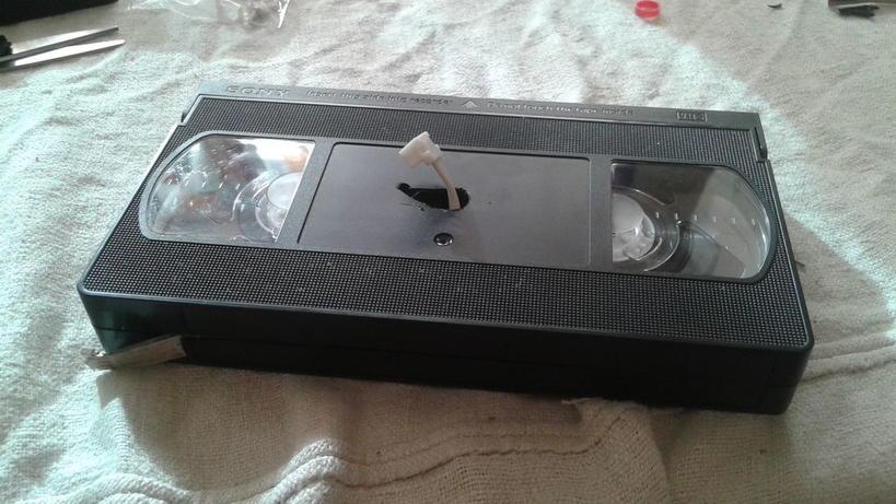 Муж нашел в шкафу старые видеокассеты: он решил не выбрасывать их, а сделал красивый ретро-светильник