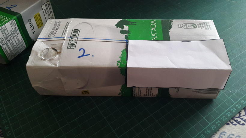 Коробки от соков и молока необязательно выкидывать: из них можно сделать вертикальную стойку для комнатных растений