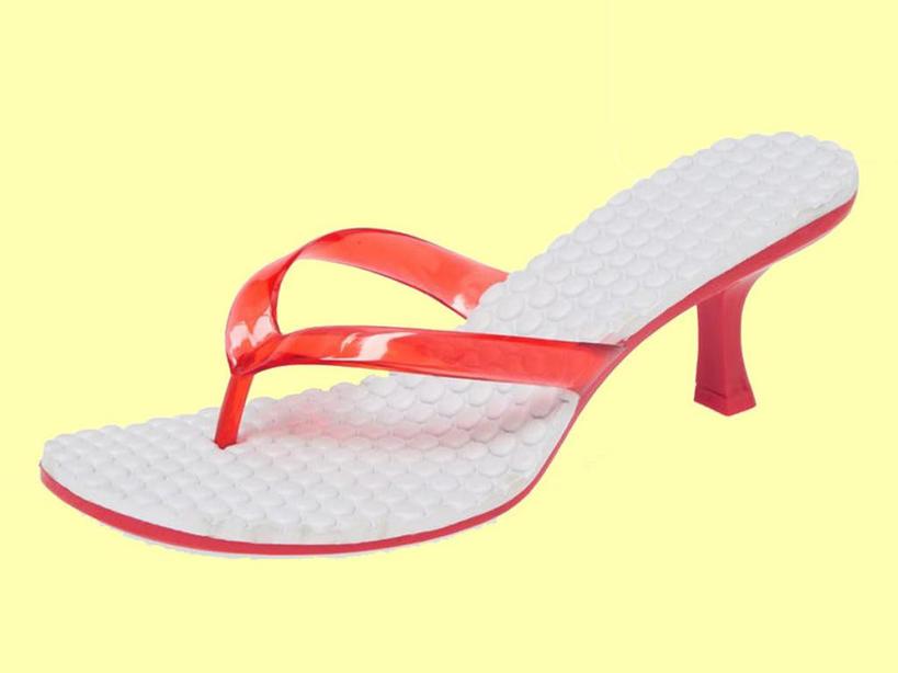 Бижутерия, повязки на голову и шлепки на каблуках: что возвращается в моду из 2000-х