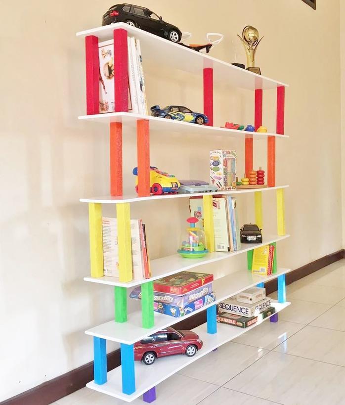 Красивый и практичный стеллаж за 45 минут: как сделать радужную полку для игрушек в детскую своими руками