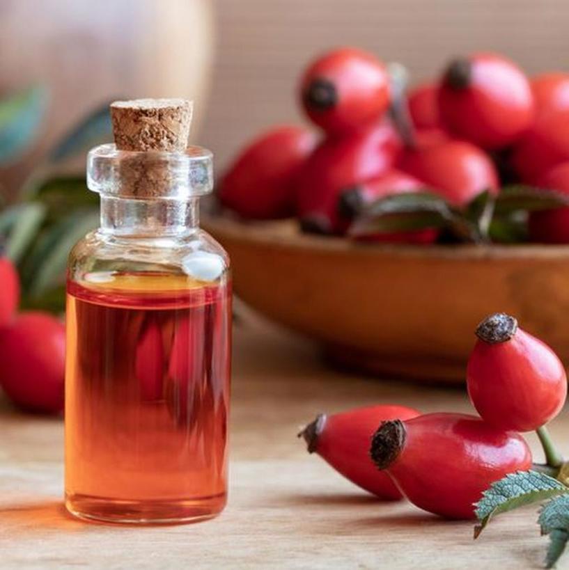 Зачем тратиться на дорогие средства, если можно самому сделать натуральный антивозрастной крем с маслом шиповника: рецепт
