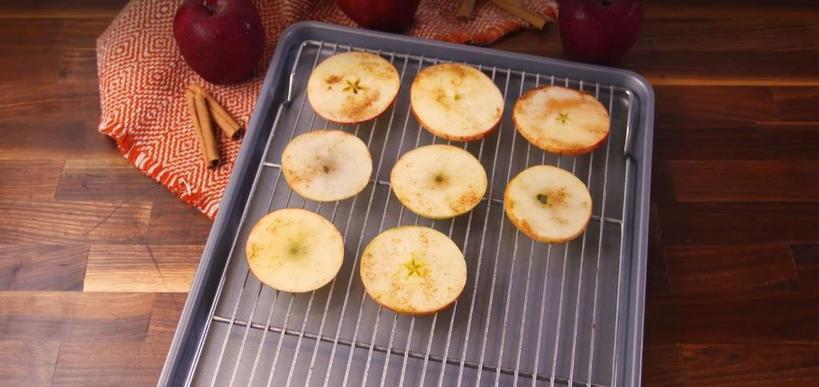 Вкусная и полезная закуска: вместо вредных картофельных я готовлю яблочные чипсы с корицей