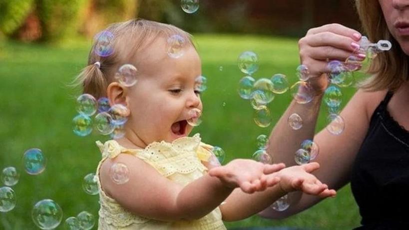 Положить ребенка перед зеркалом или включить воду: какие хитрости помогут ребенку перестать плакать