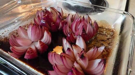Подруга разрезала луковицу, полила ее уксусом и отправила в духовку: такой вкусной красоты я не ожидала
