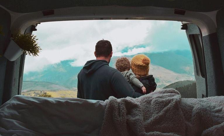 Сара и Нил превратили фургон в дом на колесах и отправились в путешествие со своим маленьким ребенком