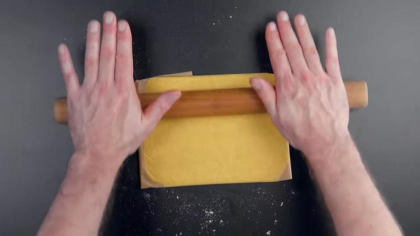 Завернула брусок масла в пергамент и раскатала. Получились просто бесподобные воздушные домашние булочки