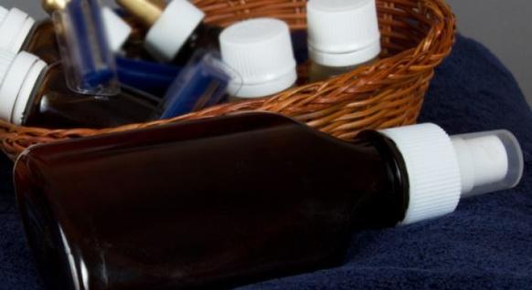 Я перестала покупать спрей для фиксации макияжа и начала делать его сама: компактный и натуральный DIY-рецепт