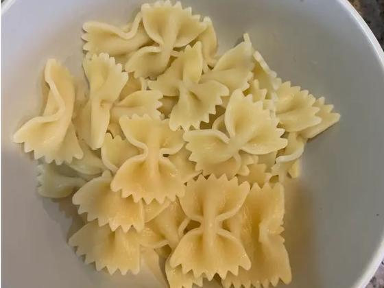 Известный шеф-повар советует бросать макароны в холодную воду, а не в кипящую. Я попробовала и не пожалела