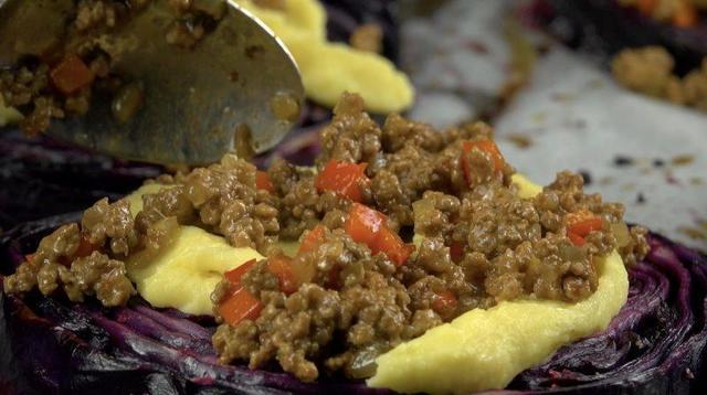 Порезала красную капусту на стейки, сверху - фарш и соус: съели мигом