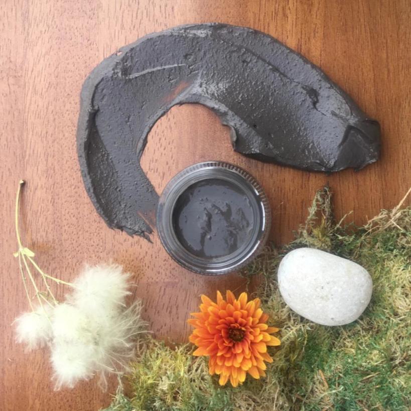 Чтобы кожа лица была здоровой и светилась изнутри, я часто делаю грязевые маски: 4 простых DIY-рецепта