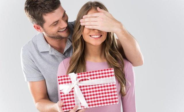 Идеи романтичных подарков для любимой женщины: от самодельного календаря до карты мира с подтекстом