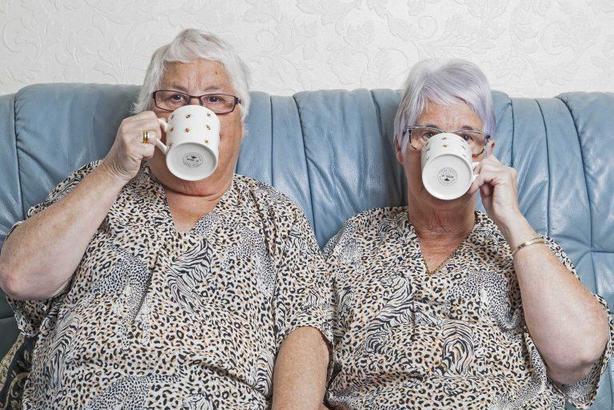 Их разлучили в детстве: сестры близнецы нашли друг друга спустя 66 лет