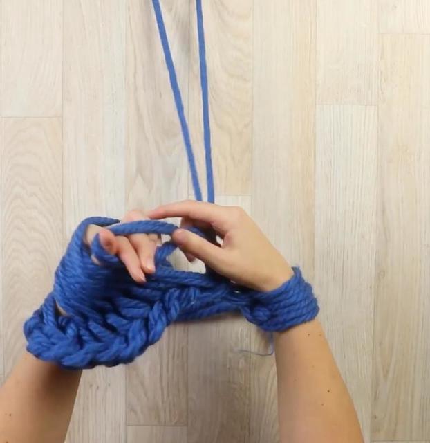 Пора готовиться к зиме! На днях я связала модный шарф, используя только пальцы рук: делюсь своим секретом