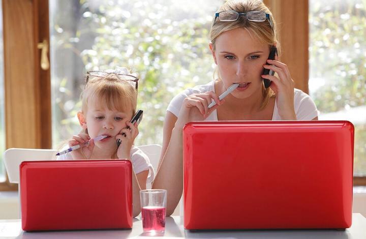 Дети начинают копировать взрослых почти сразу после рождения. Психологи объяснили, почему дети подражают взрослым