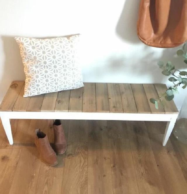 Люблю реставрировать старую мебелью. На днях сломанный журнальный столик переделала в скамейку для прихожей