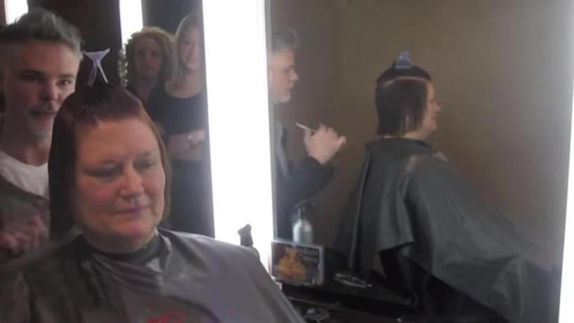 Чтобы не опозориться на свадьбе дочери, пенсионерка пошла к стилисту. Посмотрев в зеркало, она почувствовала себя другим человеком