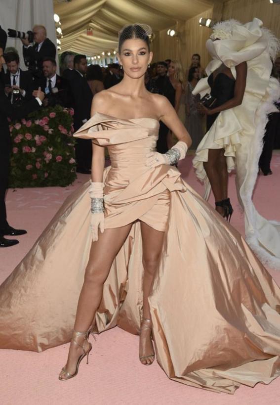 Тенденции современной моды, которые можно узнать по нарядам Камилы Морроне - подруги Леонардо Ди Каприо и модели