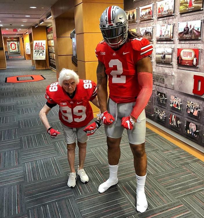 93-летняя бабушка и ее внук пробуют разные наряды - и это нравится всему миру