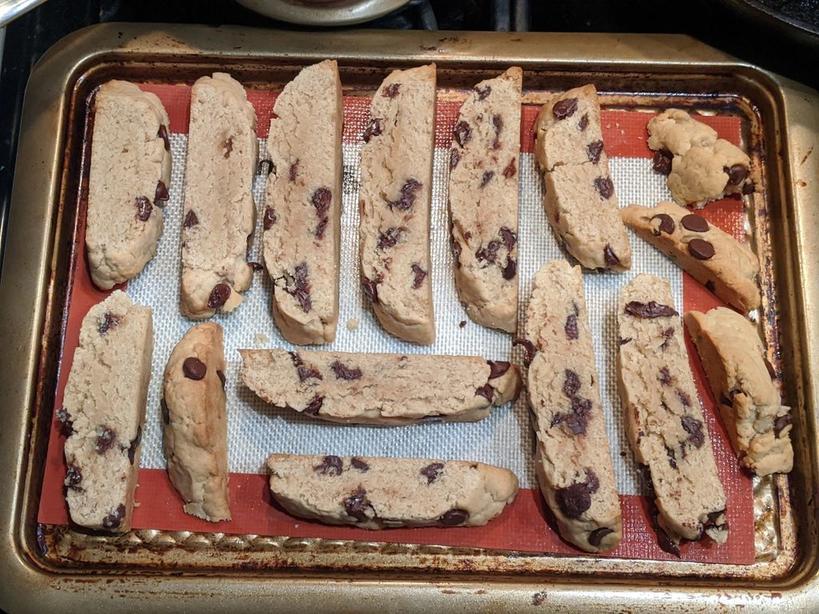 Вкусные хрустящие бискотти с мятными леденцами и шоколадной крошкой