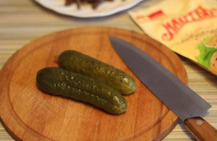 Люблю удивлять всех сытным теплым салатом, который заправляю маком и кунжутом. В его основе - жареная говядина и свежий огурец: рецепт