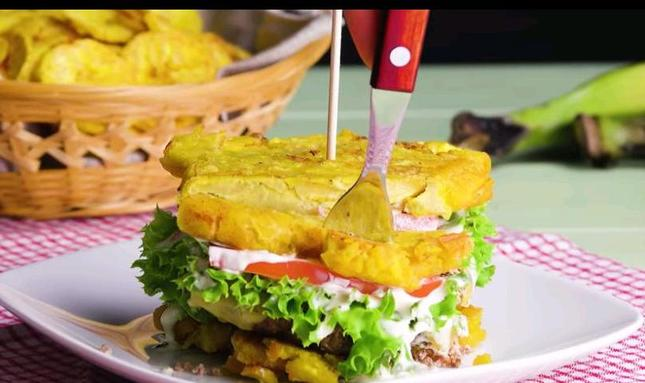 Бананы вместо булочек: 2 рецепта экзотических гамбургеров, которые приятно удивят вас необычным вкусом