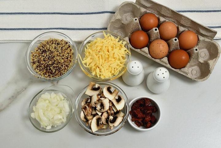 Вкусное угощение от моей бабушки: кексы со швейцарским сыром, помидорами, яйцами и грибами. Вкусно, сытно и просто