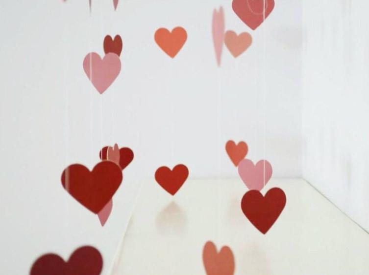 Решила украсить комнату для романтического вечера: гирлянда в виде сердечек, сделанная своими руками