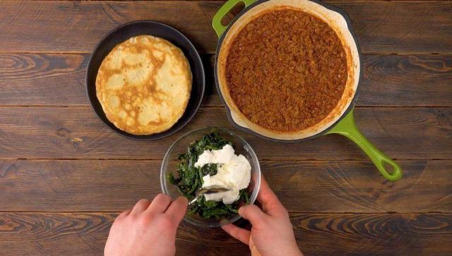 Блины с фаршем и шпинатом по бразильски: вкусный и простой ужин
