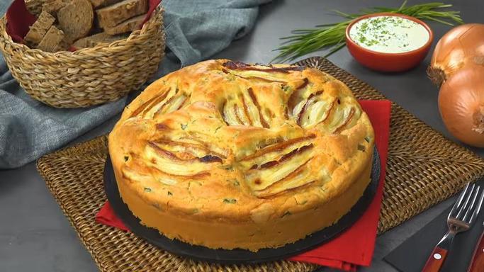 Любите лук? Тогда вам понравится рецепт необычного лукового пирога с беконом и сыром