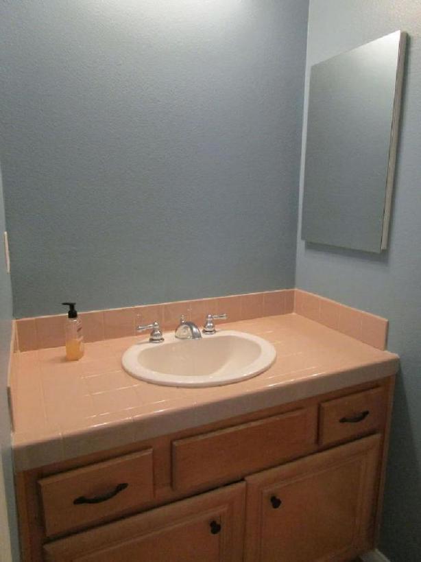Чтобы расширить пространство в ванной комнате, убрали перегородку и двери. Результатом остались довольны все домочадцы