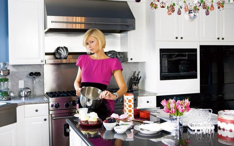 На все руки от скуки: наследница миллионов Пэрис Хилтон сама готовит еду. Новое хобби звезды   кулинарное шоу