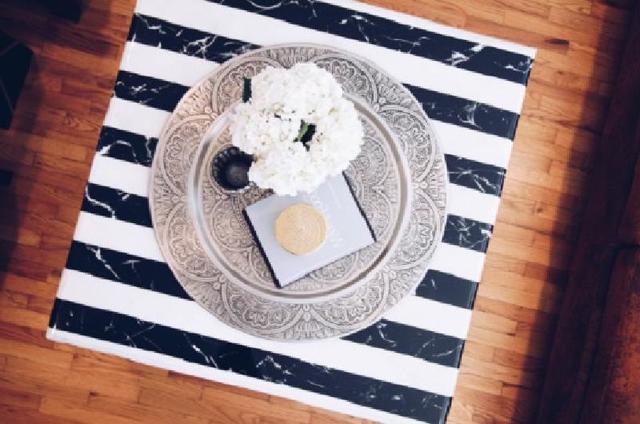 Если есть желание и время, можно сделать стильный стол с мраморно полосатой столешницей