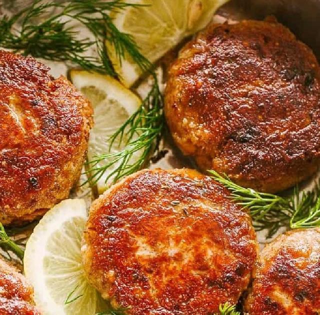 Нежные котлеты в духовке с хрустящей корочкой из консервированного лосося, сухарей и лука: рецепт