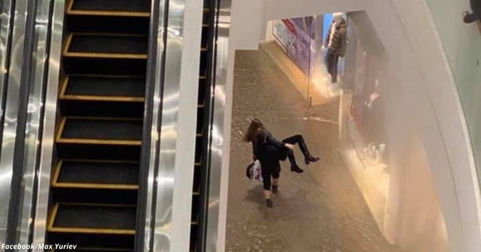 В Киеве парень вынес девушку на руках из «кипящего» Ocean Plaza
