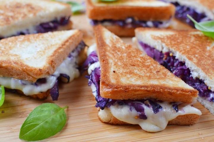 Жареные сэндвичи с сыром и красной капустой. Вкусная закуска американской кухни для любого застолья