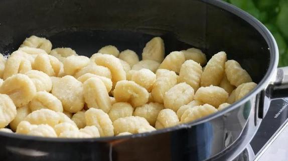 Я часто готовлю клецки на кефире и подаю их с луком. Это бюджетное блюдо способно насытить всю семью