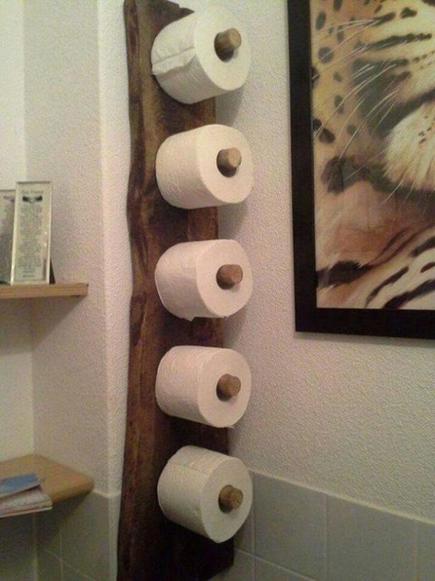 Надоело, что запасы туалетной бумаги забивают шкафчик в санузле. Сплела корзинку из шпагата и повесила на держатель — получилось удобно
