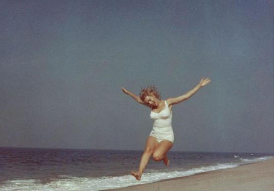 17 фотографий прекрасной Мэрилин Монро на пляже в Нью-Йорке в 1957 году
