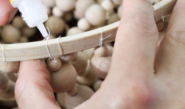 Женщина купила дешевые деревянные бусины, взяла пяльцы и сделала люстру. Ее творением восхищаются все гости