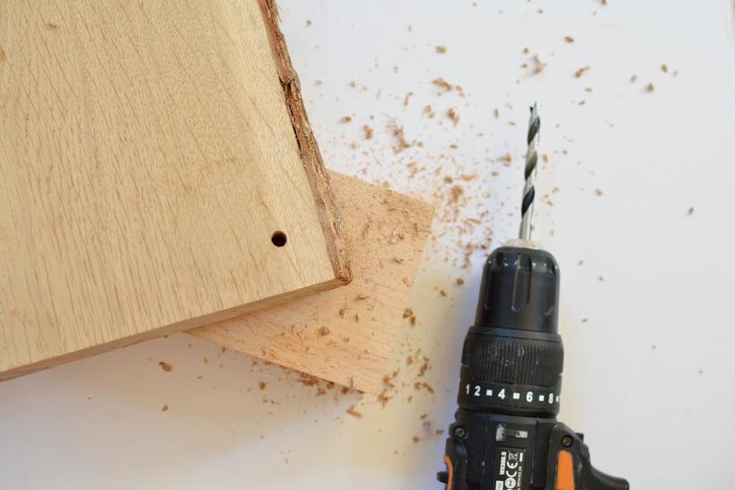 Альтернатива привычной тумбочке: делаем простую и удобную подвесную полку над кроватью