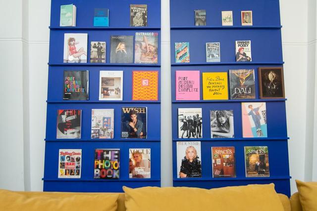 Книжные шкафы и навесные полки: бюджетные способы прикрыть голые стены, не крася их
