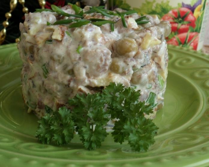 Когда попробовала этот салат впервые, восхитилась. Оказывается, рыбные консервы и зеленый горошек - идеальное сочетание (рецепт)