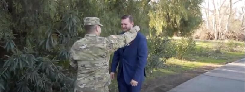 Парень не мог присутствовать на свадьбе друга, так как пошел в армию. Но в день бракосочетания он подготовил молодоженам сюрприз