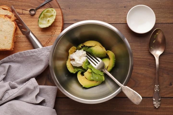 Тост из авокадо с хурмой и гранатом. Вкусное блюдо, рецепт которого мне рассказала свекровь