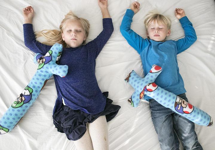 Для своих сорванцов-двойняшек сшила флисовые мечи-подушки – дети в восторге