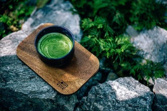 Больше двигаться и пить имбирный чай: простые способы, которые помогут справиться с похмельем