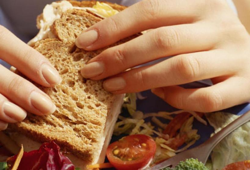 Начать есть медленнее и другие советы, как похудеть без изнурительных диет