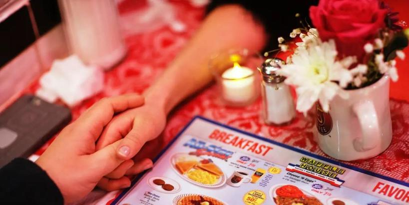Мороженое, мошенники: официанты рассказали о странных и забавных случаях на День святого Валентина