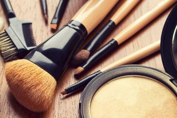 Подруга рассказала, как экономить на косметике без ущерба для красоты (снимать макияж вазелином, и не только)