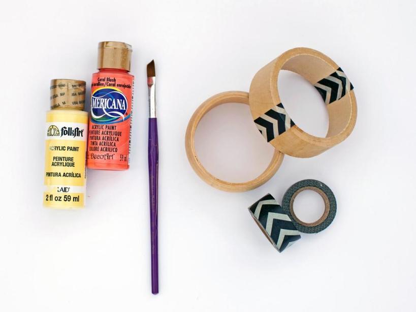 Деревянные браслеты, разрисованные детьми: приятный подарок для мамы, и малыши в восторге от такого творчества